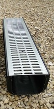 Водоотводный лоток пластиковый дренажный с решеткой штампованной оцинкованной (1000x246x185)